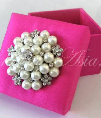 pearl brooch favor box in pink